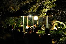 回遊式庭園を持つ寺院での和洋楽器のコラボコンサートとパーティー
